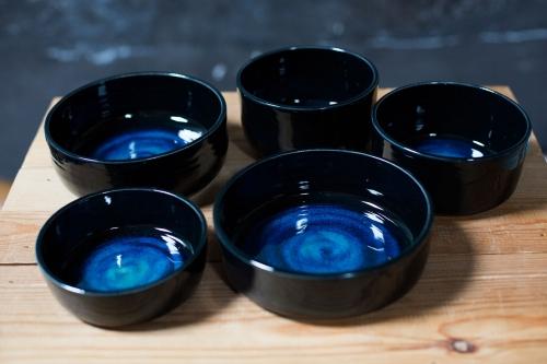 LIBELIA-keramiek_zwarte-kommen-met-blauwe-bodem