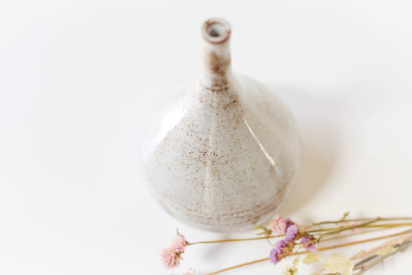 een witte vaas smalle hals