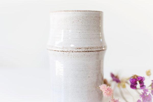 witte vaas met uitstulping