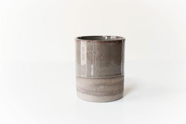 een rechte grijze vaas