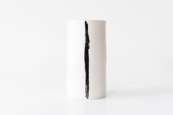 porseleinen vaas met zwarte lijn